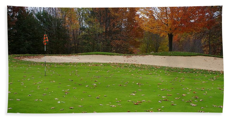 Golf Hand Towel featuring the photograph Autumn On The Green by Randy Pollard