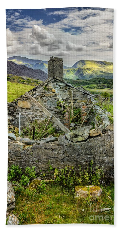 Cottage Bath Towel featuring the photograph Mountain View by Adrian Evans