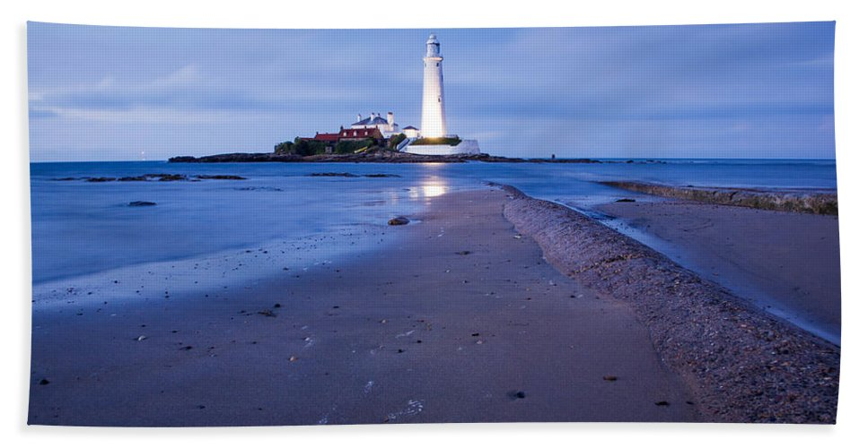 Whitley Hand Towel featuring the photograph Saint Mary's Lighthouse At Whitley Bay by Ian Middleton
