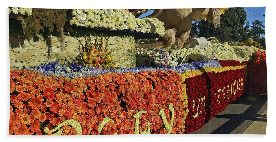 2015 Rose Parade Bath Sheet featuring the photograph 2015 Cal Poly Rose Parade Float 15rp052 by Howard Stapleton