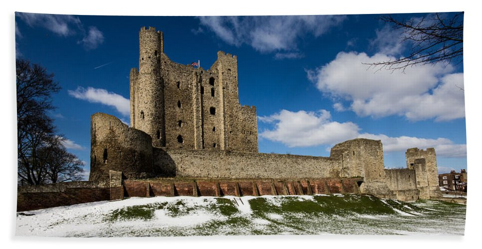 Rochester Castle Bath Sheet featuring the photograph Rochester Castle by Dawn OConnor