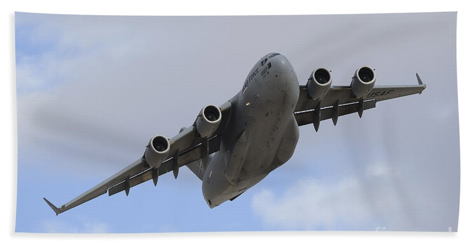 Horizontal Bath Sheet featuring the photograph A Boeing C-17 Globemaster IIi Taking by Remo Guidi