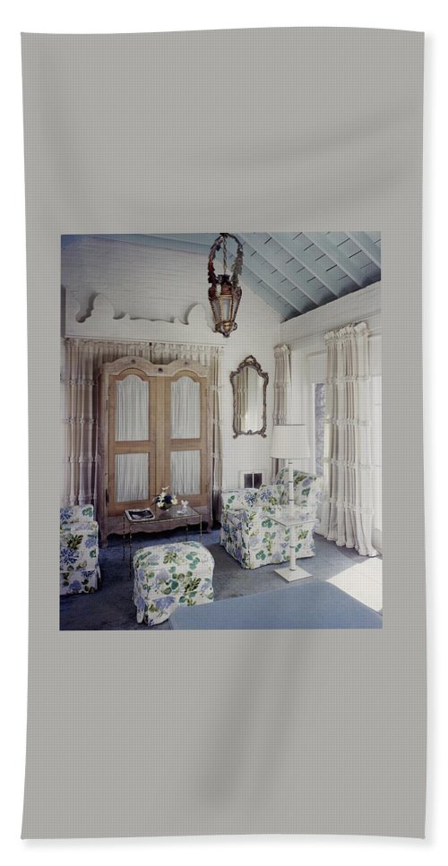 Interior Bath Towel featuring the photograph A Guest Room At Hickory Hill by Tom Leonard