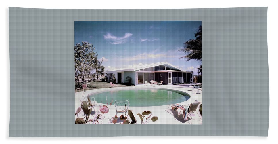 Miami Bath Towel featuring the photograph A House In Miami by Tom Leonard