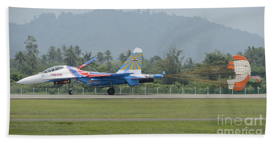 Horizontal Bath Sheet featuring the photograph A Sukhoi Su-27 Flanker Of The Russian by Remo Guidi