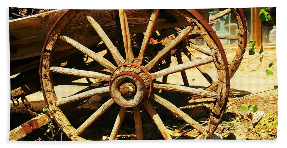 Rounds Bath Towel featuring the photograph A Wagon Wheel by Jeff Swan