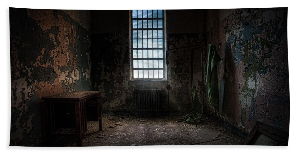 Windows Bath Sheet featuring the photograph Abandoned Building - Old Room - Room With A Desk by Gary Heller