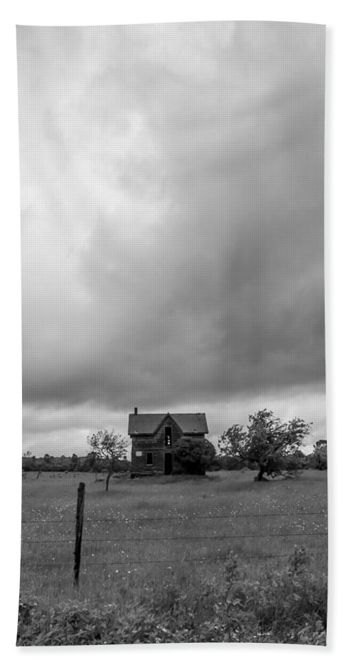 Landscape Bath Sheet featuring the photograph Abandoned Farmhouse Black And White by Richard Kitchen