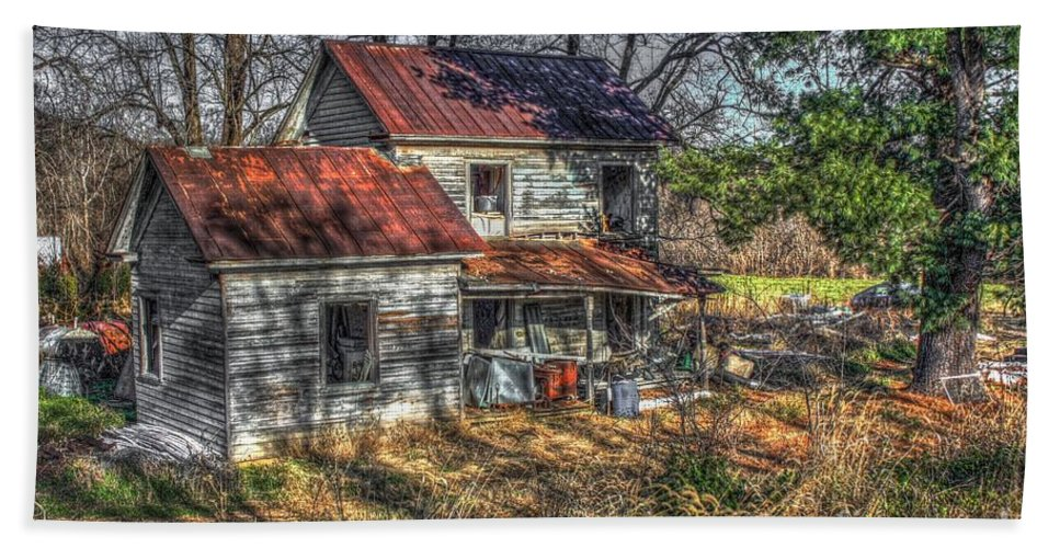 Evidence Hand Towel featuring the digital art Abandoned Farmhouse by Dan Stone