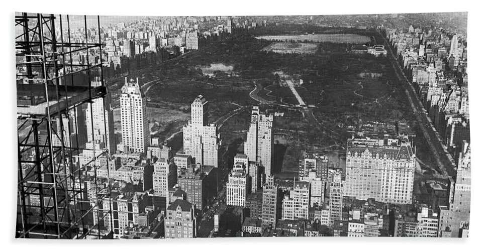 1933 Hand Towel featuring the photograph Aerial View Of Central Park by Underwood & Underwood