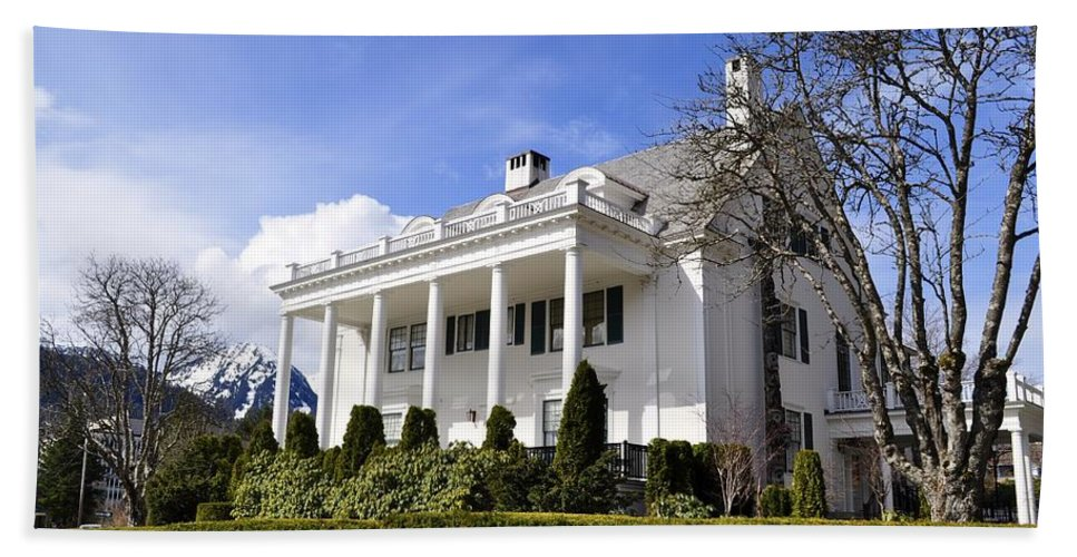 Governor Hand Towel featuring the photograph Alaska Governors Mansion by Cathy Mahnke