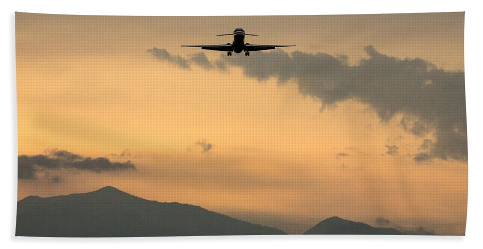 Md-80 Bath Sheet featuring the photograph American Airlines Approach by John Daly