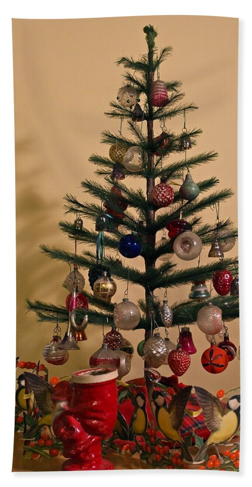 Old Fashioned Christmas Pictures.An Old Fashioned Christmas Tree Hand Towel