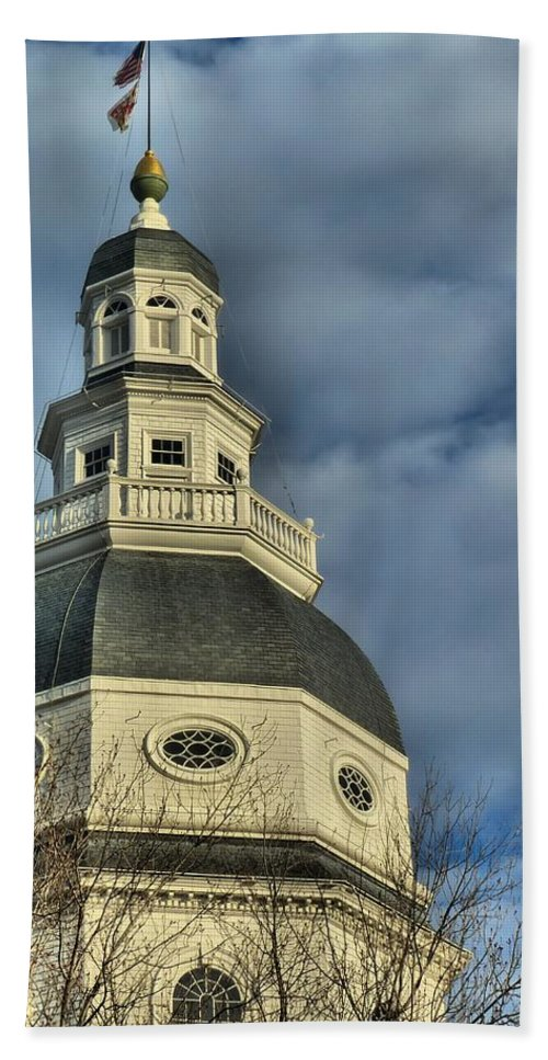 Annapolis Hand Towel featuring the photograph Annapolis Statehouse by Jennifer Wheatley Wolf