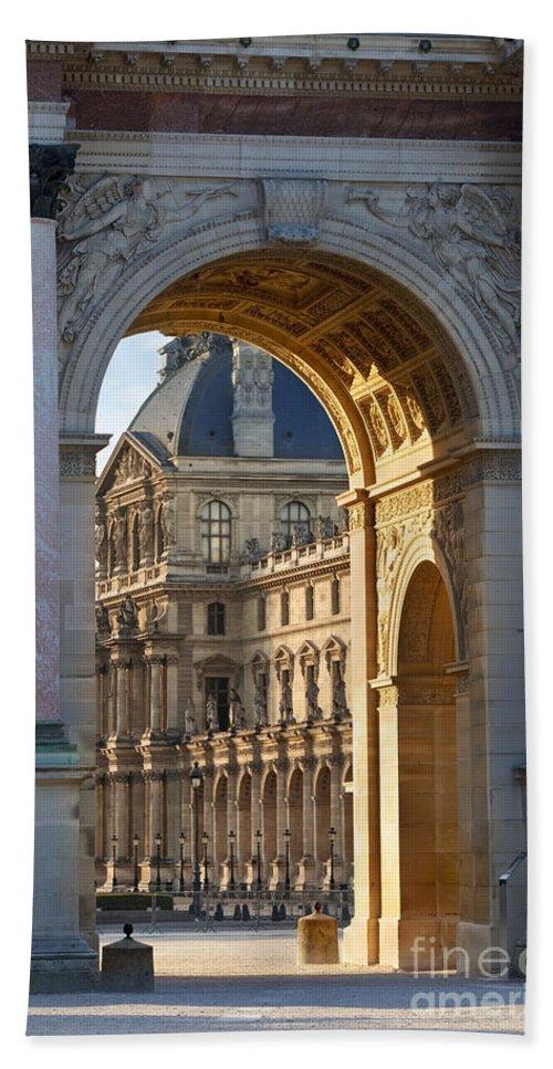 Arc De Triomphe Du Carrousel Bath Sheet featuring the photograph Arc De Triomphe Du Carrousel by Brian Jannsen