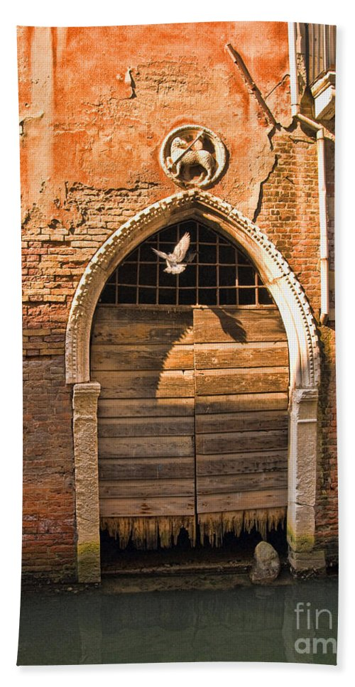 Architectural Detail Hand Towel featuring the photograph Archway With Bird In Venice by Sheila Laurens