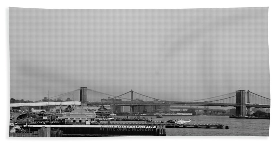 Brooklyn Bridge Hand Towel featuring the photograph At The Same Moment In Black And White by Rob Hans