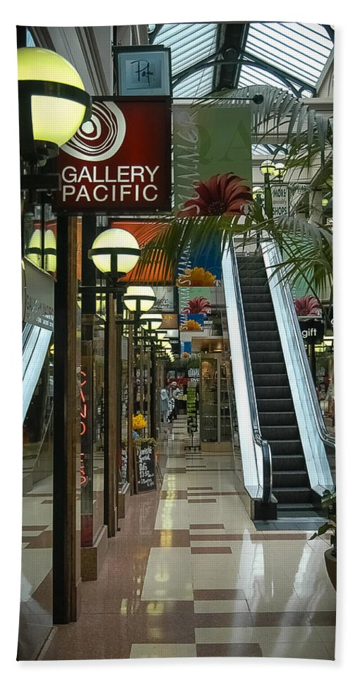 Atrium Bath Sheet featuring the photograph Auckland Shopping Mall by Mark Llewellyn