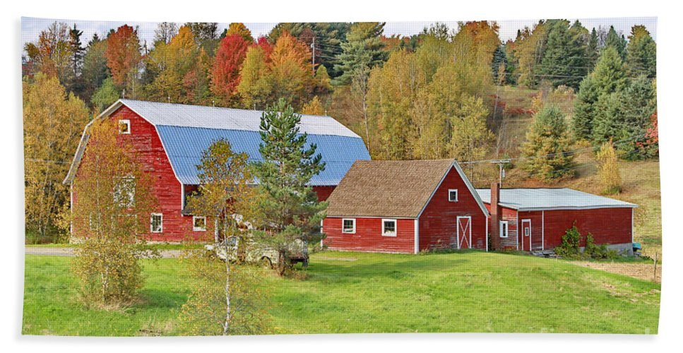 Barn Hand Towel featuring the photograph Barn In Autumn by Deborah Benoit