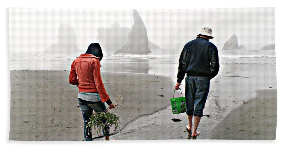 Bandon Hand Towel featuring the photograph Beach Treasures by Micki Findlay