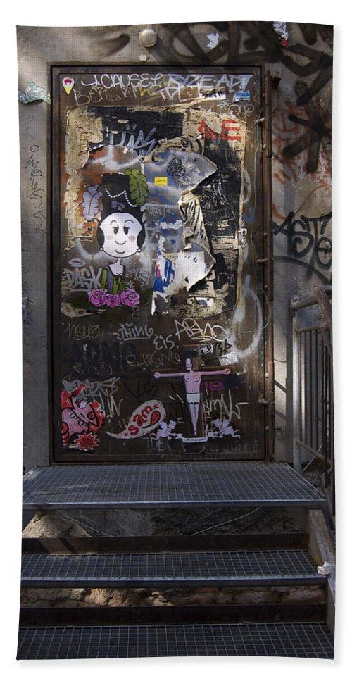 Graffiti Bath Sheet featuring the photograph Berlin Graffiti - 2 by RicardMN Photography