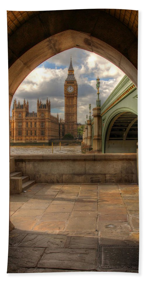 Big Ben Hand Towel featuring the photograph Big Ben Through The Arch by Lee Nichols