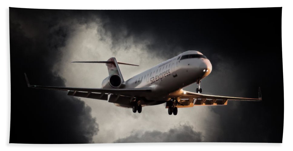 Bombardier Crj 200 Bath Sheet featuring the photograph Bombardier Landing by Paul Job