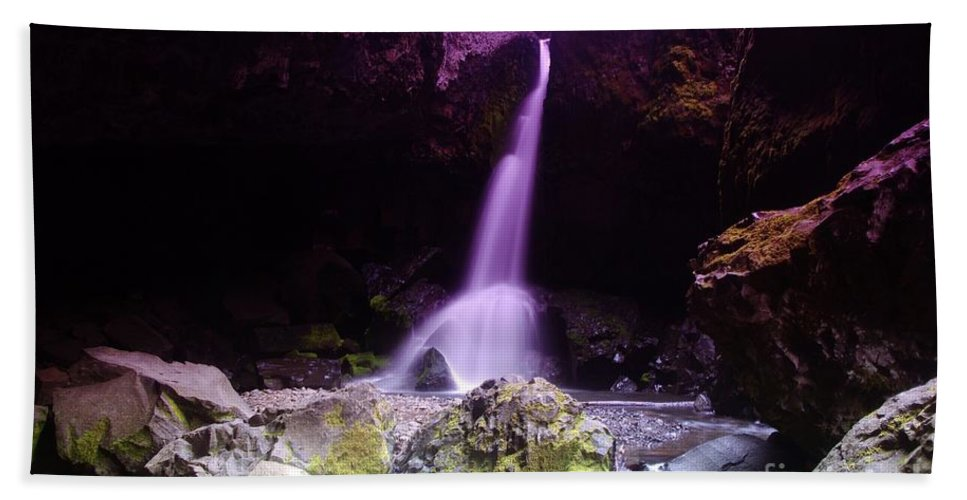 Waterfall Bath Towel featuring the photograph Boulder Cave Falls by Jeff Swan