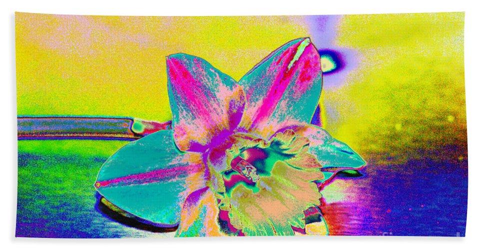 Daff Bath Towel featuring the digital art Bright Daff by Carol Lynch