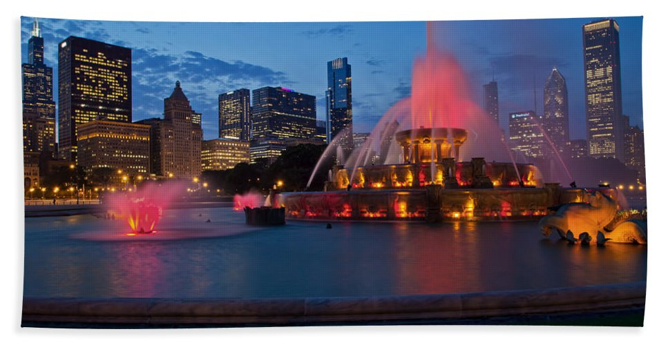 Chicago Bath Sheet featuring the photograph Buckingham Fountain Light Show by Lindley Johnson