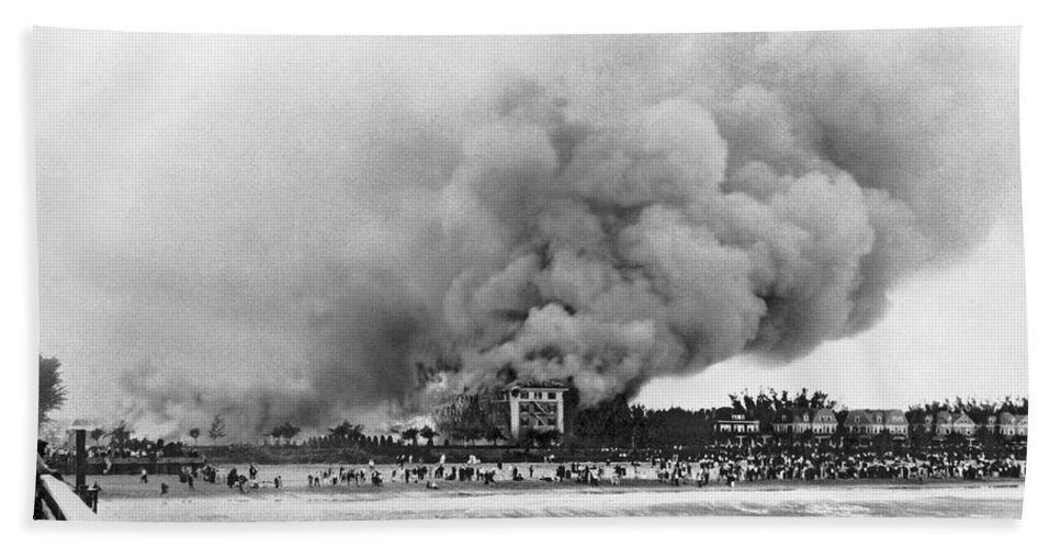 1925 Hand Towel featuring the photograph Burning Of The Breakers Hotel by Underwood & Underwood
