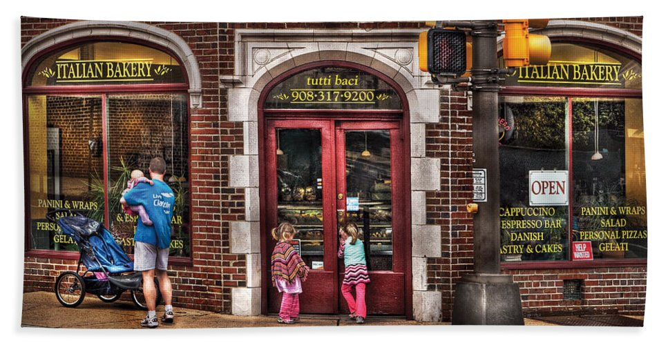 Traffic Light Bath Towel featuring the photograph Cafe - The Italian Bakery by Mike Savad