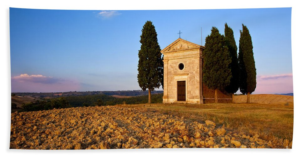 Cappella Di Vitaleta Bath Sheet featuring the photograph Cappella Di Vitaleta by Brian Jannsen