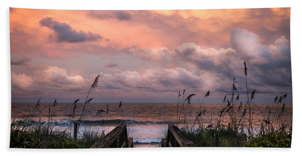 Beaches Bath Towel featuring the photograph Carolina Dreams by Karen Wiles