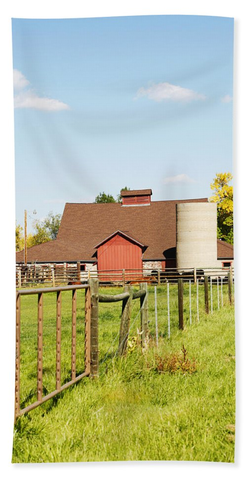Cherryvale Hand Towel featuring the photograph Cherryvale Barn Boulder by Marilyn Hunt