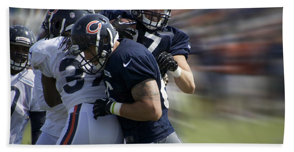 Chicago Bears Hand Towel featuring the photograph Chicago Bears Te Jeron Mastrud Moving The Ball Training Camp 2014 by Thomas Woolworth