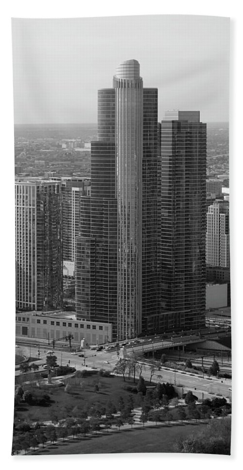 Black And White Bath Sheet featuring the photograph Chicago Modern Skyscraper Black And White by Thomas Woolworth