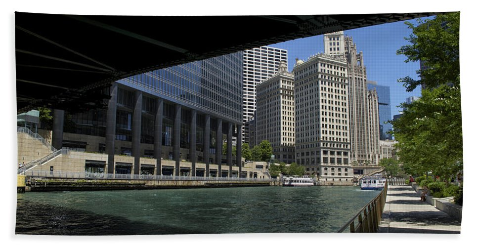 Riverwalk Bath Towel featuring the photograph Chicago River Walk Going East 02 by Thomas Woolworth