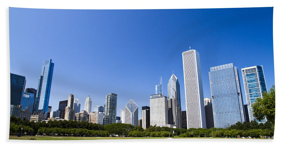 Chicago Bath Sheet featuring the photograph Chicago Skyline From Grant Park by Ohad Shahar