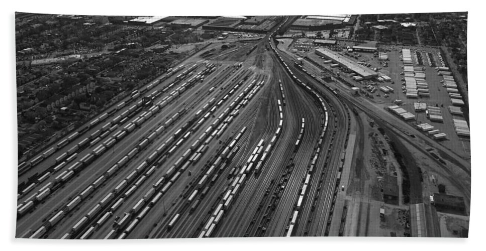 Il Bath Sheet featuring the photograph Chicago Transportation 02 Black And White by Thomas Woolworth
