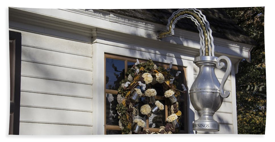 Colonial Williamsburg Hand Towel featuring the photograph Chownings Tavern Wreath by Teresa Mucha