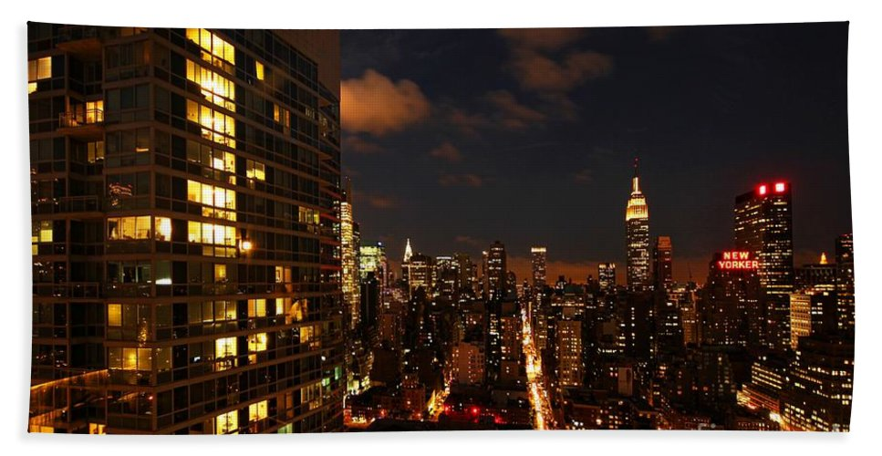 New York Bath Sheet featuring the photograph City Living by Andrew Paranavitana