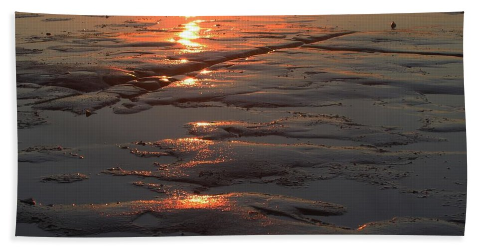 Reflection Hand Towel featuring the photograph Collingwood-1 by Chris Van Es