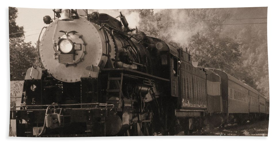 Trains Bath Towel featuring the photograph Coming Around The Mountain by Richard Rizzo