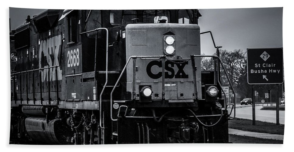 Train Hand Towel featuring the photograph Csx 2668 by Ronald Grogan