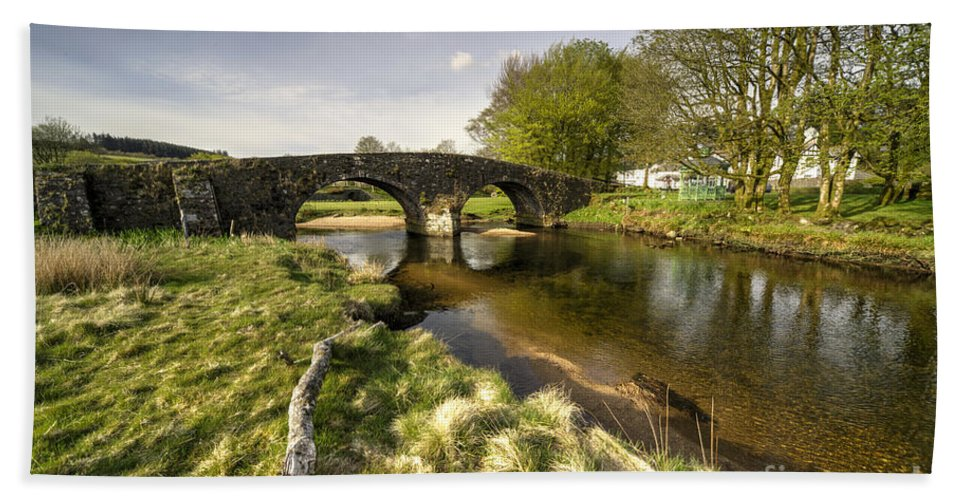 Post Hand Towel featuring the photograph Dartmoor Bridge by Rob Hawkins