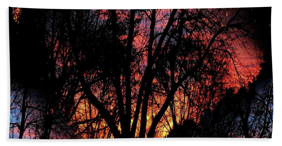 Dawn's Early Light Bath Towel featuring the photograph Sunrise - Dawn's Early Light by Luther Fine Art