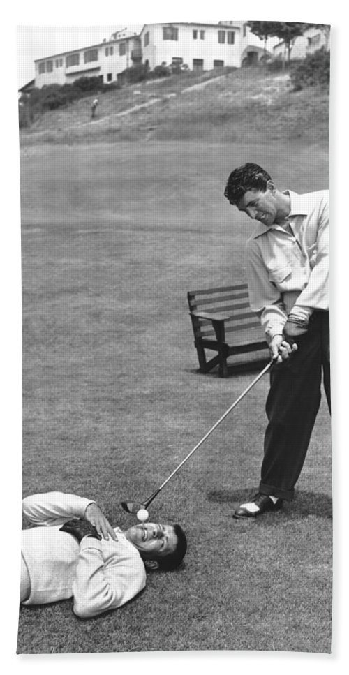 1953 Bath Towel featuring the photograph Dean Martin & Jerry Lewis Golf by Underwood Archives