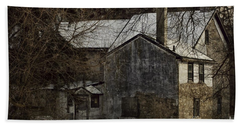 House Bath Sheet featuring the photograph Deserted 2 by Judy Wolinsky