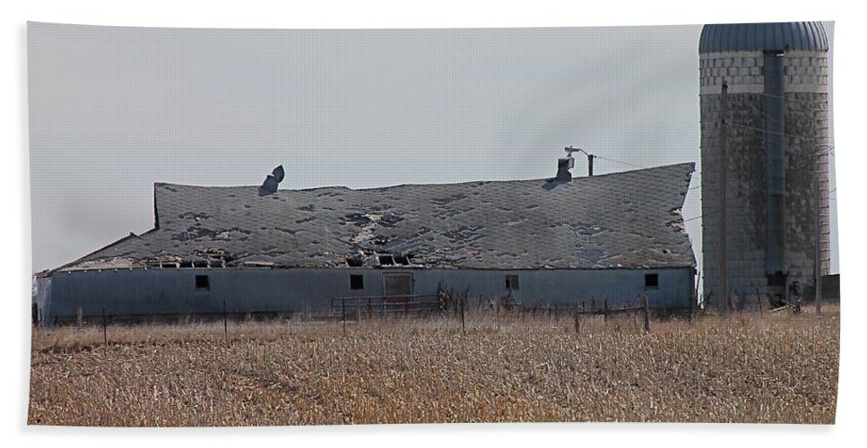 Old Barn Hand Towel featuring the photograph Dmbarn by Wayne Williams